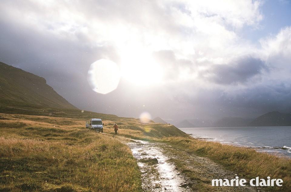 피오르에서 활동하는 서퍼들은 아이슬란드 곳곳을 자유롭게 탐험한다.