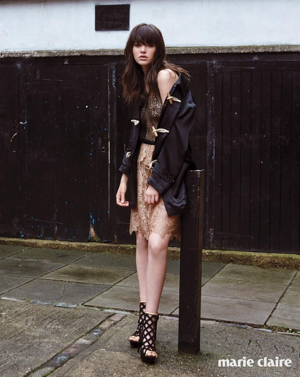 우드 토글 단추 장식 새틴 더플 재킷과 안에 입은 블랙 레이스 슬리브리스 톱, 누드 컬러 샹티이 레이스 스커트, 골드 라이닝 스웨이드 블랙 앵클부츠 모두 버버리(Burberry).