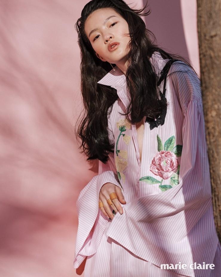 핑크 스트라이프 코튼 셔츠 1백38만원 블루마린(Blumarine), 진주 장식 골드 드롭 이어링 41만원 펜디(Fendi), 볼드한 레더 링 각각 70만원대 모두 루이 비통(Louis Vuitton).