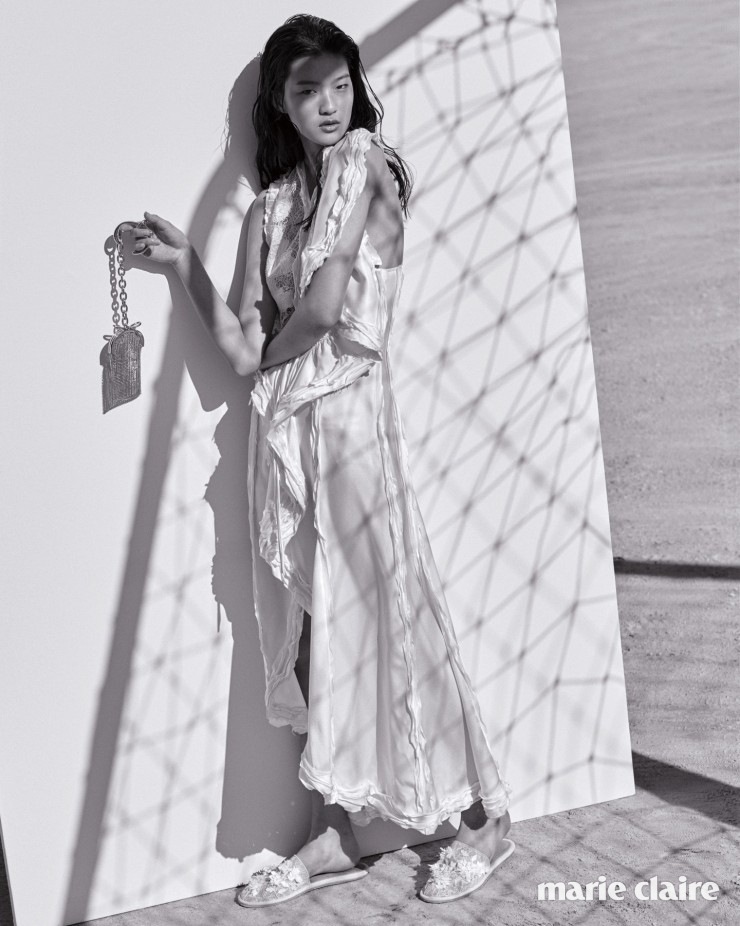 화이트 새틴 드레스, 비즈 장식 슬리퍼, 골드 클러치 백 모두 가격 미정 발렌시아가(Balenciaga).