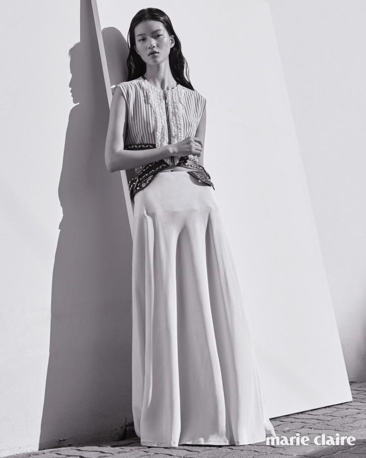 스터드 장식 가죽 벨트가 특징인 스트라이프 톱, 화이트 새틴 롱스커트 모두 가격 미정 루이 비통(Louis Vuitton).