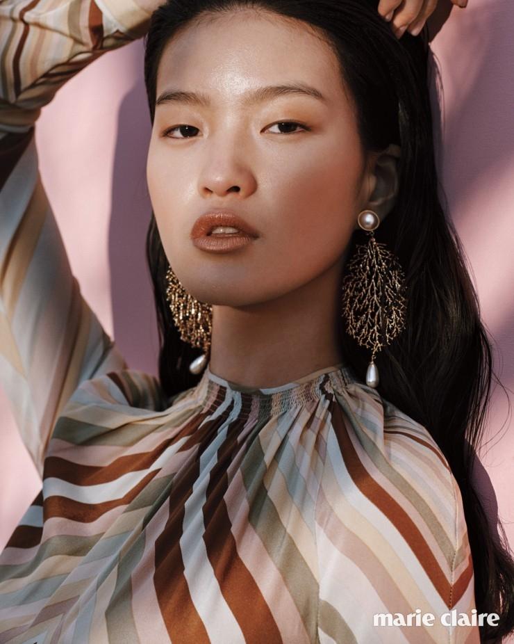 채도 낮은 컬러들의 세련된 조합이 돋보이는 시폰 드레스 가격 미정 발렌티노(Valentino), 나뭇잎 모양 귀고리 가격 미정 발렌시아가(Balenciaga).