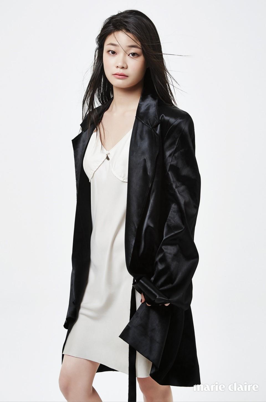 아이보리 슬리브리스 원피스, 실키한 소재의 오버핏 재킷 모두 캘빈 클라인 컬렉션(Calvin Klein Collection).