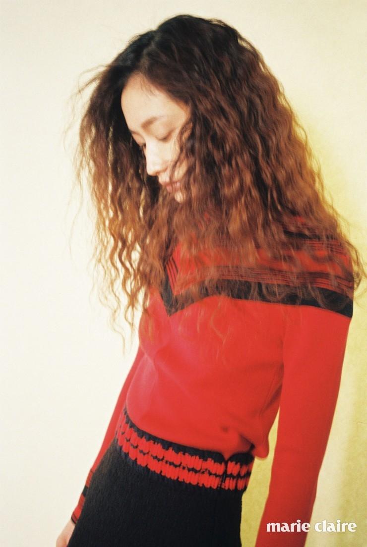 네크라인과 소매를 스트라이프 패턴으로 꾸민 레드 니트 톱 가격 미정 살바토레 페라가모(Salvatore Ferragamo), 허리 부분에 레드 라인을 장식한 블랙 니트 미니스커트 95만원 구찌(Gucci).