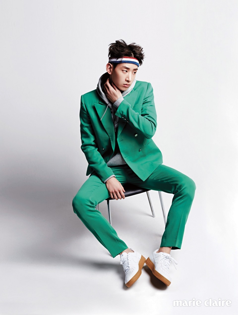 그린 수트 가격 미정 푸쉬버튼(pushBUTTON), 회색 후드 티셔츠 가격 미정, 스니커즈 12만9천원 모두 나이키(Nike), 헤드밴드 7천원 아메리칸 어패럴(American Apparel).