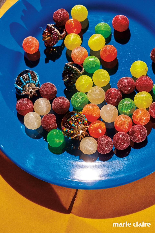 핑크와 그린 컬러의 유색 스톤과 진주 장식이 아기자기한 링 각각 76만원, 도깨비방망이 같은 메탈 스파이크 장식이 대담한 링 각각 85만원 모두 구찌(Gucci).