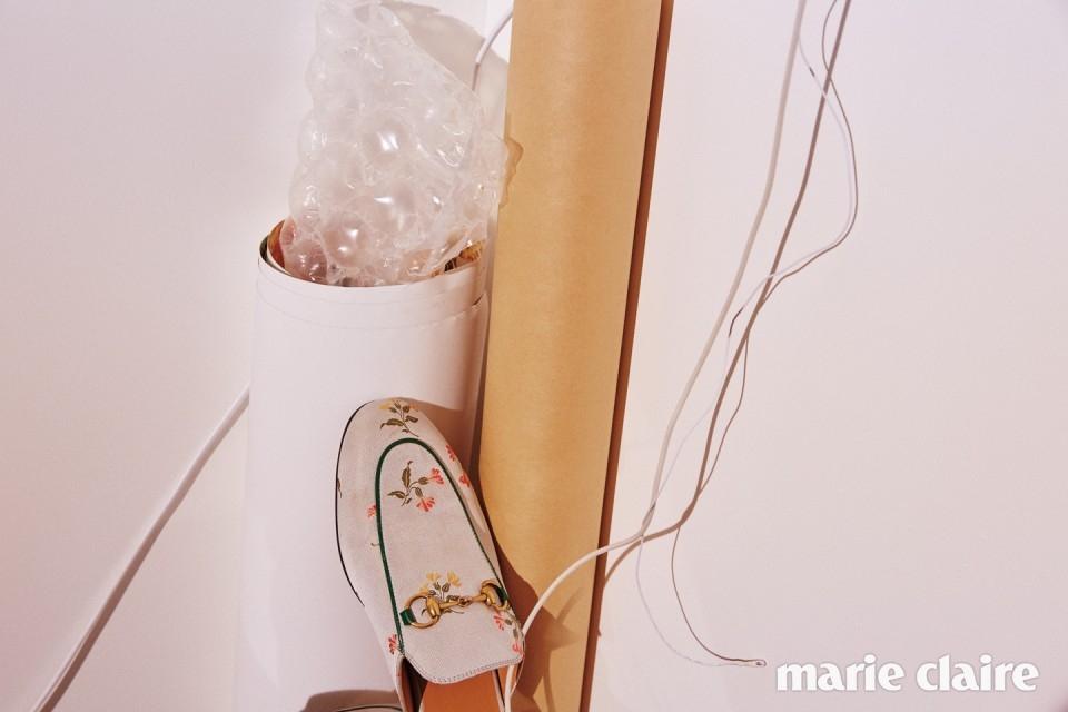 잔잔한 플라워 프린트를 가미한 홀스빗 장식 슬리퍼 73만원 구찌(Gucci).