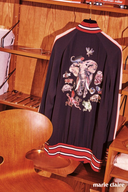 섬세하게 표현된 여러 동물 모양 패치를 장식한 보머 재킷 가격 미정 발렌티노(Valentino), 빈티지 데니시 로열 시스템 선반과 데이비드 멜러 프라이드 커틀러리, 빈티지 앤트 체어 모두 인포멀웨어(informalware).