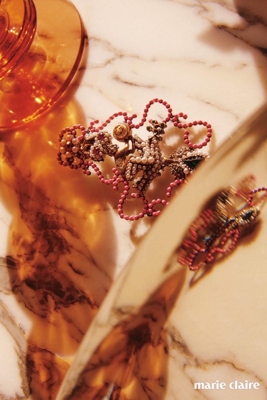 정교하게 표현된 원숭이 모티프와 진주, 비즈 장식이 어우러진 아티스틱한 이어링 가격 미정 구찌(Gucci).