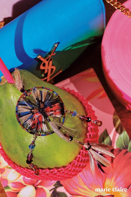 그린과 블루 컬러의 그러데이션이 청명한 로고 장식 미니 체인 백 2백만원대 생 로랑(Saint Laurent), 깃털과 비즈로 장식한 아프리칸 무드의 드롭 이어링 가격 미정 발렌티노(Valentino).