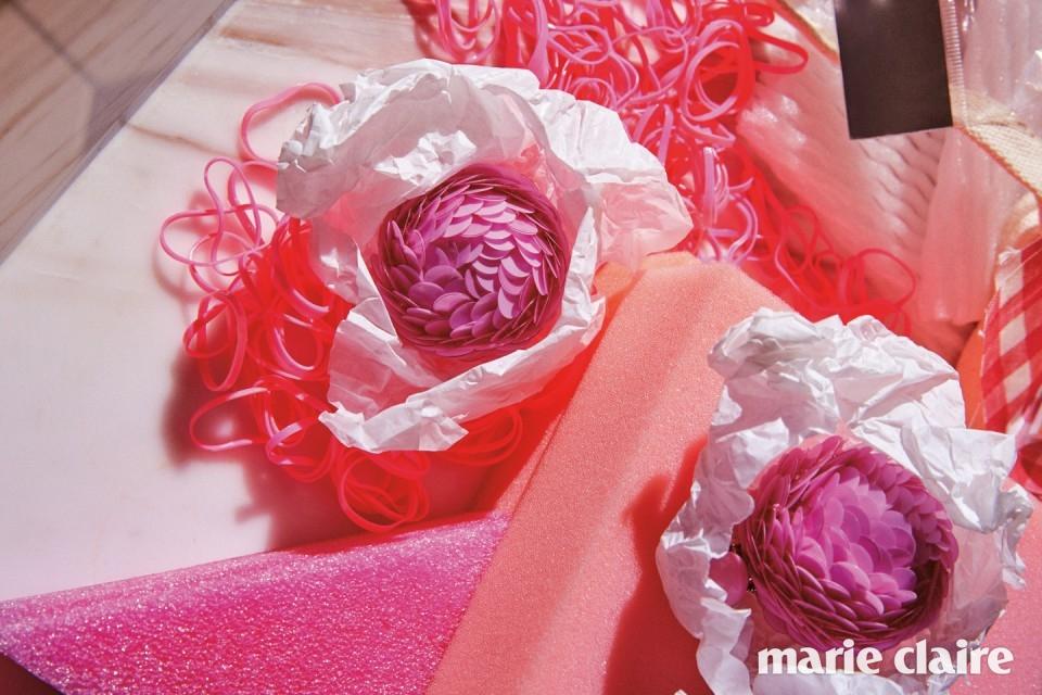 여러 겹의 베이비핑크 컬러 스팽글로 장식한 드롭 이어링 가격 미정 프라다(Prada).