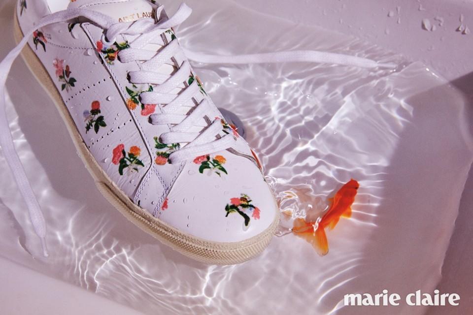 어여쁜 꽃무늬 프린트를 더한 화이트 스니커즈 72만원 생 로랑(Saint Laurent).