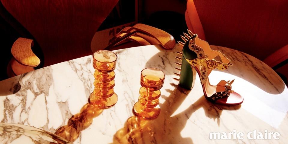 과감한 메탈 스파이크 장식의 아티스틱한 스트랩 힐 1백73만원 구찌(Gucci), 빈티지 시리즈 세븐 체어와 대리석 테이블, 빈티지 글라스 화병 모두 인포멀웨어(informalware).