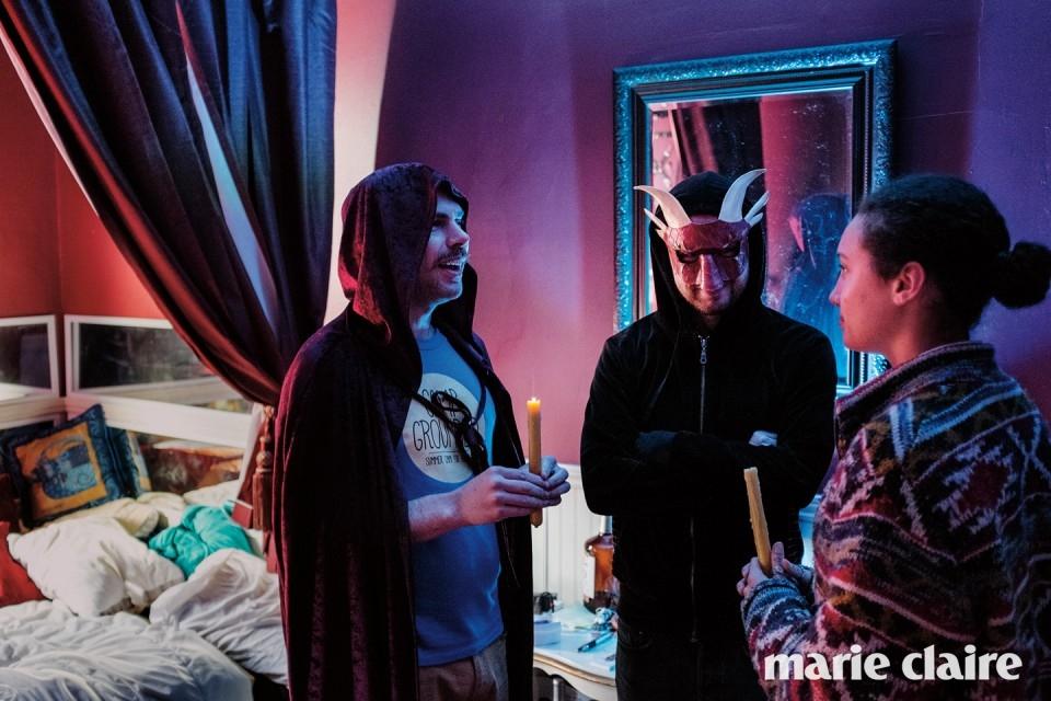 아도니스 가이타치스의 방에서 장난스러운 의식을 거행 중인 이들.