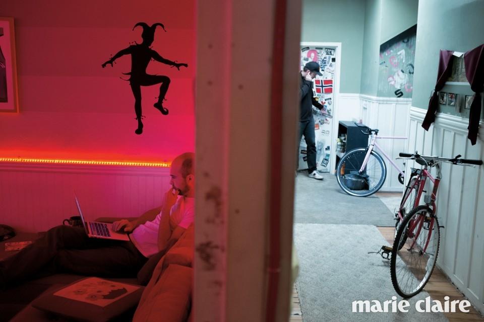 호스텔 입주민의 일상. 붉은 조명이 특이한 앤드루 워드의 방은 마치 바나 클럽에 온 듯한 느낌을 준다.