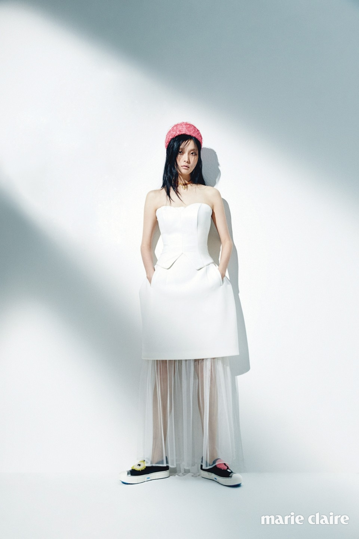 심플한 실루엣의 뷔스티에 톱 데니쉐르 바이 서승연(Denicheur by Seo Seung Yeon), 튈을 덧댄 스커트 로맨시크(Romanchic), 비비드한 패치를 장식한 슬립온 펜디(Fendi), 핑크 컬러의 필박스 햇 더퀸라운지(The Queen Lounge), 하트 모양의 참이 달린 초커 하트 오브 골드 바이 더퀸라운지(Heart of Gold by The Queen Lounge).
