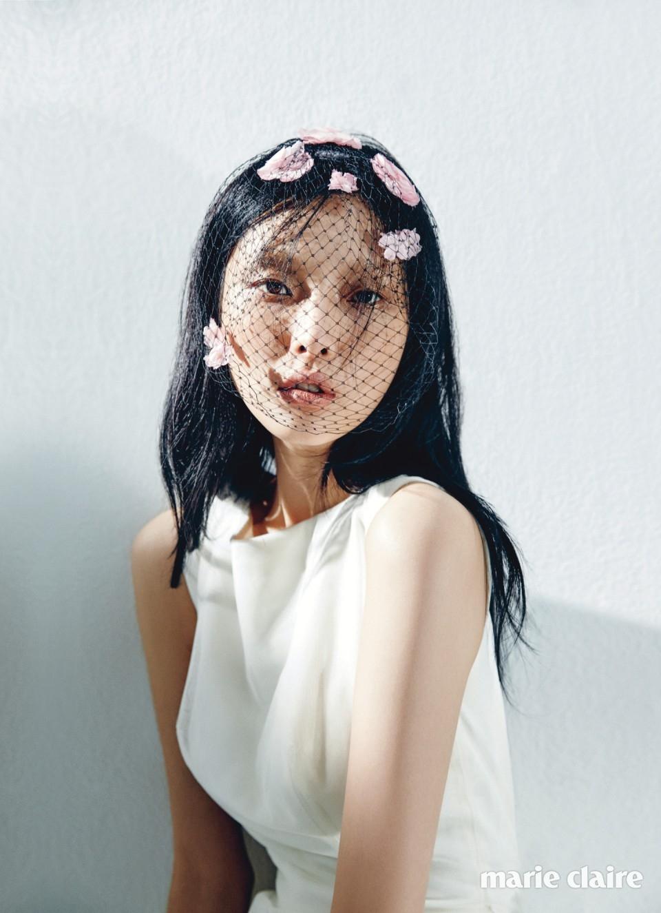 베이식한 디자인의 드레스 이명순 웨딩드레스(Lee Myung Soon Wedding Dress), 꽃 장식 쇼트 베일 디올(Dior).