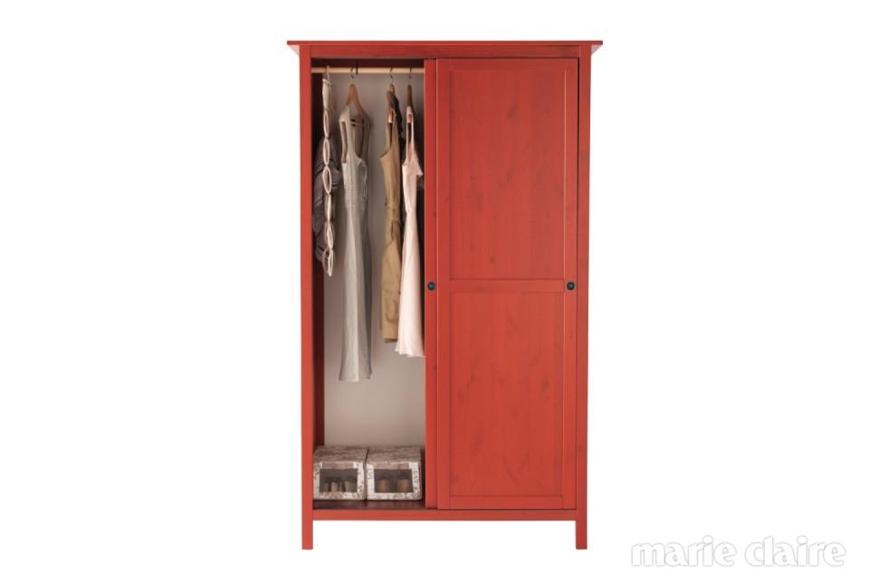 Hemnes 미닫이 옷장 매일 몇 번씩 열고 닫게 되는 옷장 문. 사소한 차이지만 미닫이문이 있는 옷장은 여닫이문보다 공간을 덜 차지한다. 강렬한 레드 컬러는 포인트 인테리어 역할을 톡톡히 한다.