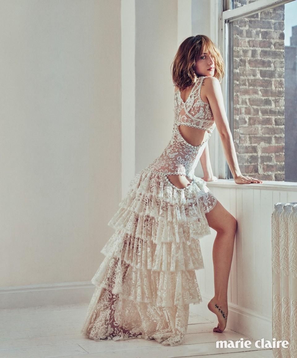 드레스 알렉산더 맥퀸(Alexander McQueen), 반지 불가리(Bulgari).