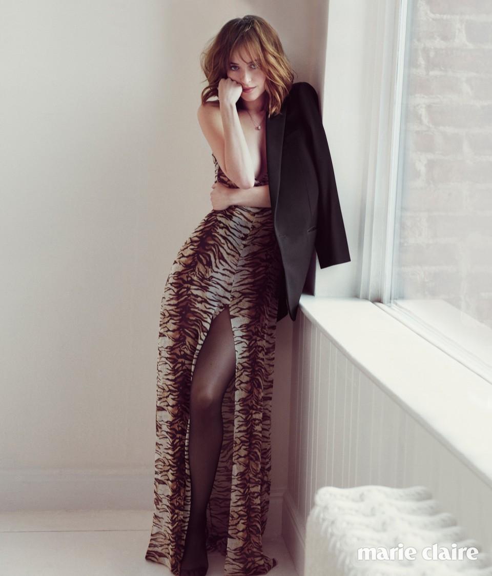 레오퍼드 드레스와 재킷 모두 생 로랑(Saint Laurent), 타이츠 에밀리오 까발리니(Emilio Cavallini).