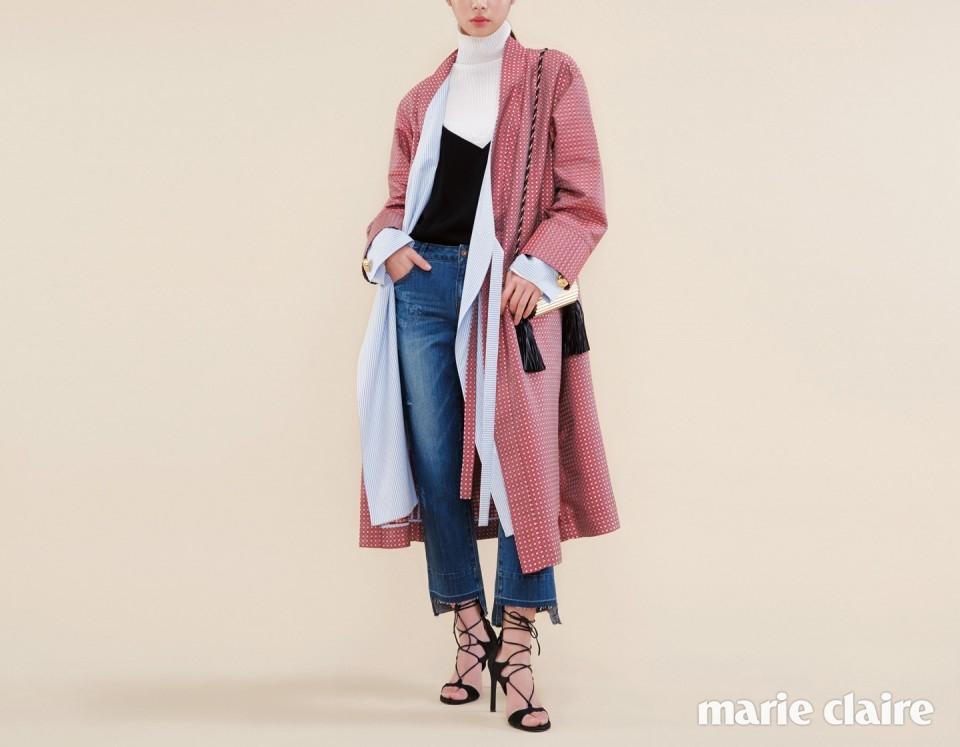 롱 슬리브 셔츠 소매를 덧댄 슬립 가운 가격 미정 웰던 바이 레어마켓(WE11DONE by Rare Market), 가운 안에 입은 화이트 터틀넥 풀오버 25만5천원 시스템(System), 레이스 슬립 톱 4만9천원 자라(Zara), 밑단의 커팅이 독특한 워싱 데님 팬츠 21만9천원 브이엘(V+eL), 태슬 장식이 달린 골드 미니 백 2백20만원대 생 로랑 (Saint Laurent), 블랙 스트랩 힐 87만원 스튜어트 와이츠먼(Stuart Weitzman).
