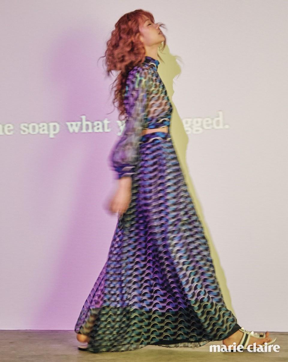 그래픽 패턴 시폰 드레스, 레인보 스터드 장식 플랫 샌들 모두 펜디(Fendi).