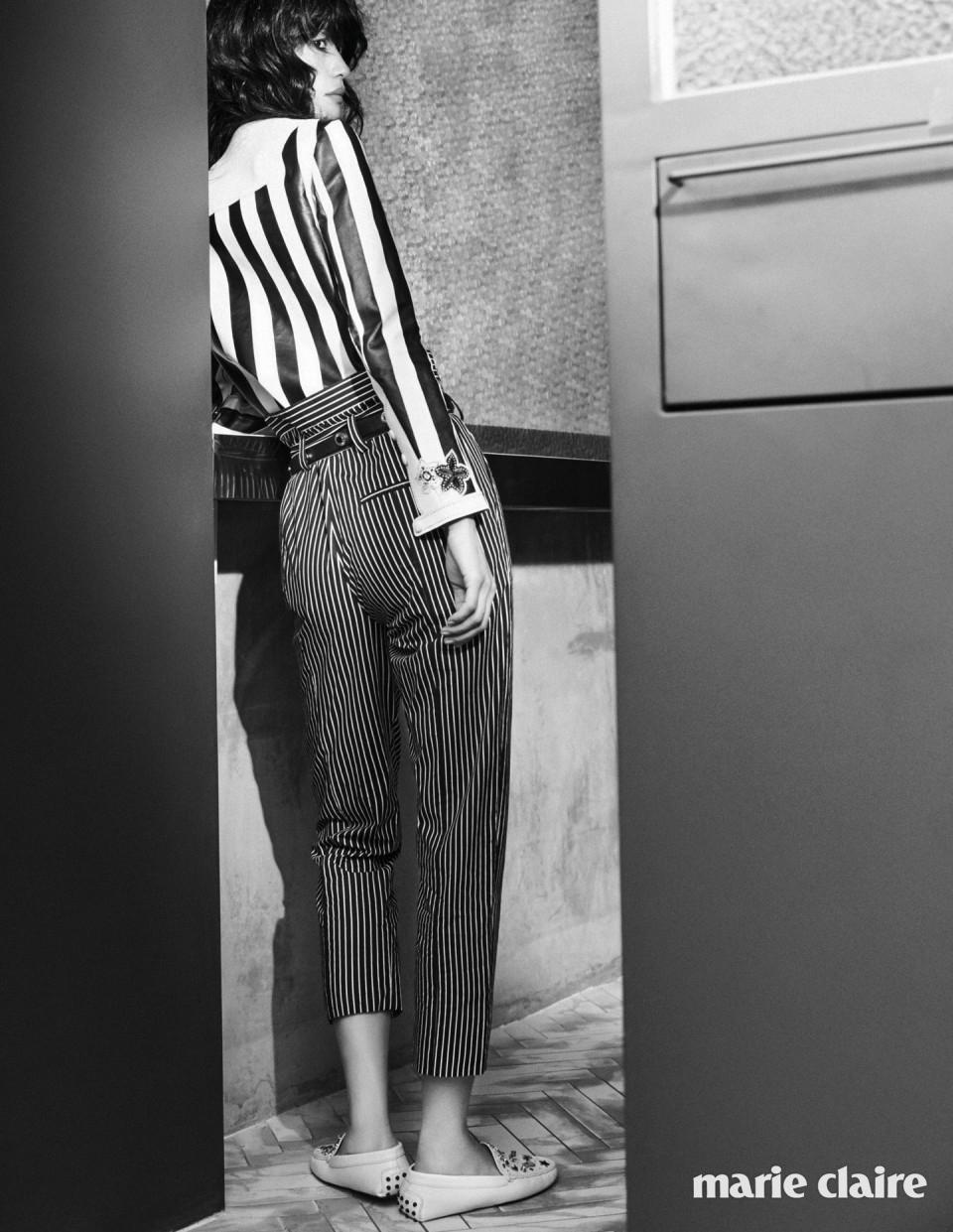블랙 앤 화이트 스트라이프 레더 재킷 가격 미정, 포켓으로 포인트를 준 블랙 스트라이프 팬츠 가격 미정, 베이지 주얼 장식 고미노 슈즈 1백만원대, 블랙 레더 벨트 66만원대 모두 토즈(Tod's).