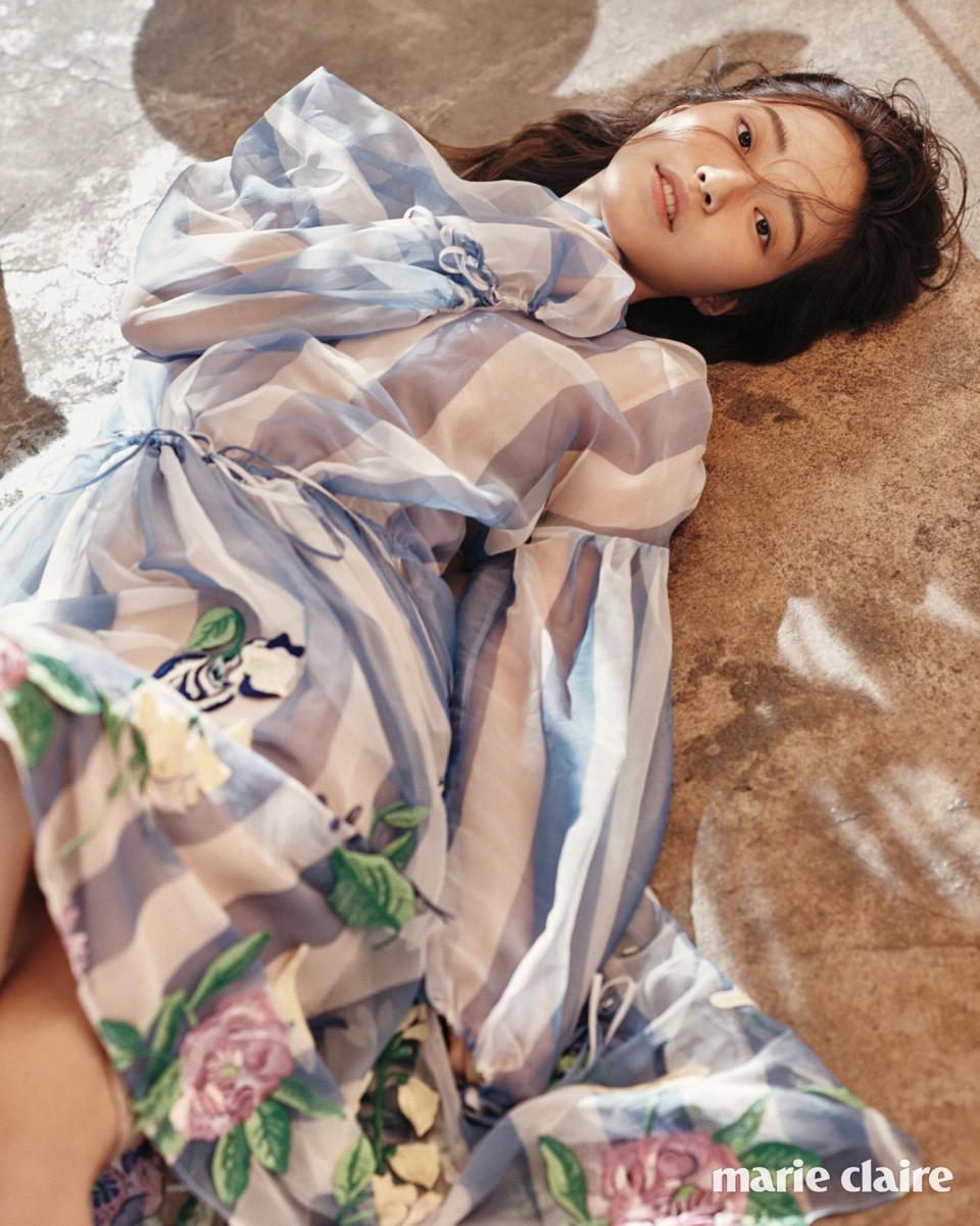 밑단에 꽃 자수를 놓은 하늘하늘한 스트라이프 시폰 시스루 드레스 5백98만원 블루마린(Blumarine).