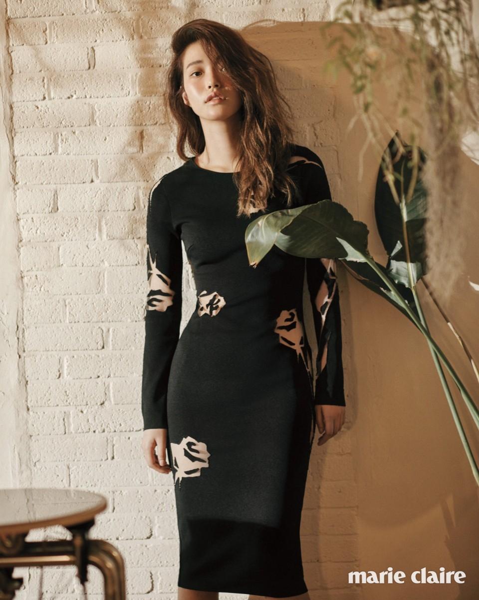 장미 모티프 커팅이 매혹적인 블랙 니트 드레스 2백98만원 블루마린(Blumarine).