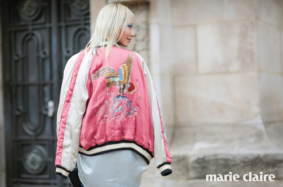 핑크색 스카잔 재킷을 입은 모델 수주.