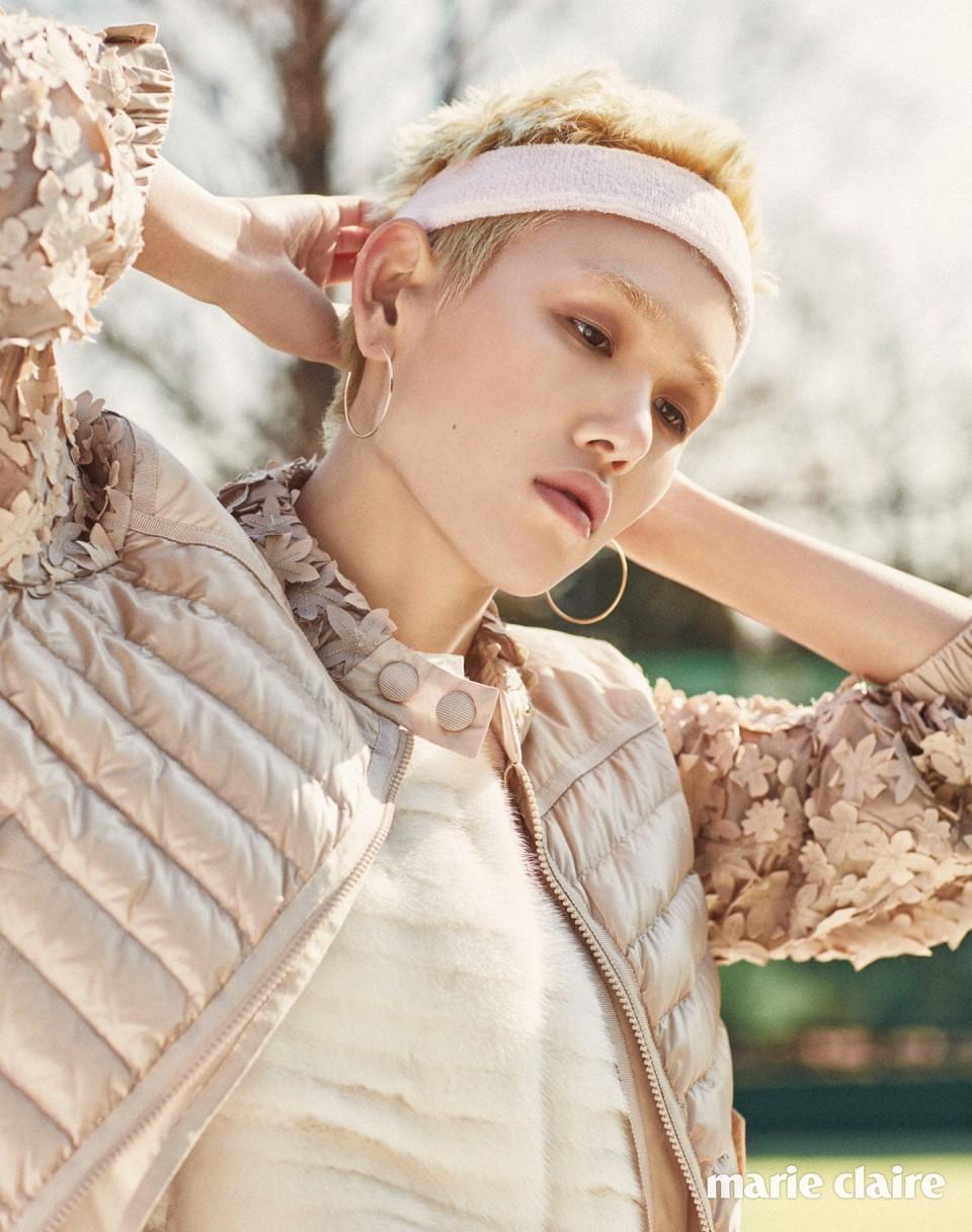 소매와 네크라인을 풍성한 플라워 아플리케로 장식한 다운 재킷 가격 미정, 안에 입은 밍크 퍼 트리밍 다운 패디드 베스트 4백48만원 모두 몽클레르(Moncler).