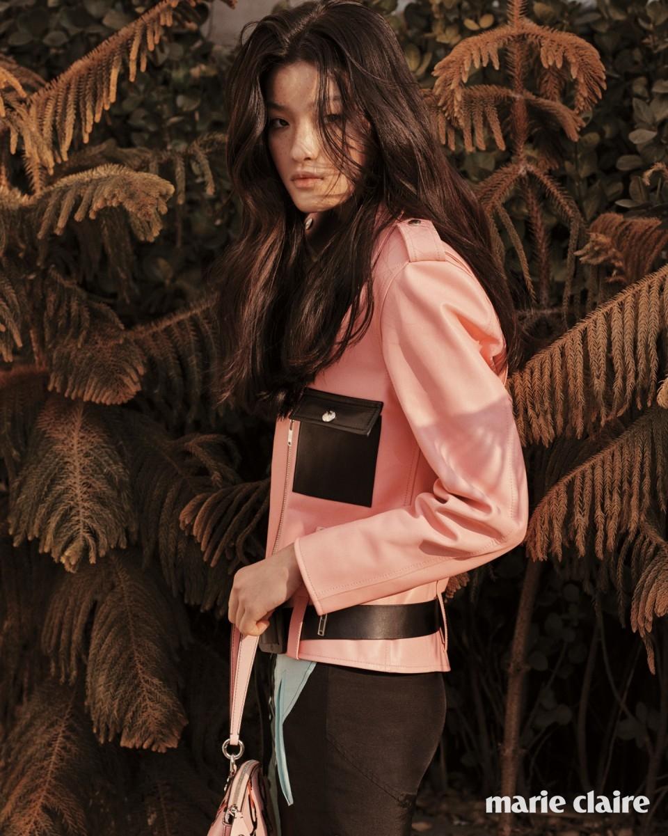 벨트로 포인트를 준 베이비핑크 바이커 재킷, 블루와 그린, 블랙이 조합된 버뮤다팬츠, 핑크 에피 체인 미니 락킷 백 모두 가격 미정 루이 비통(Louis Vuitton).