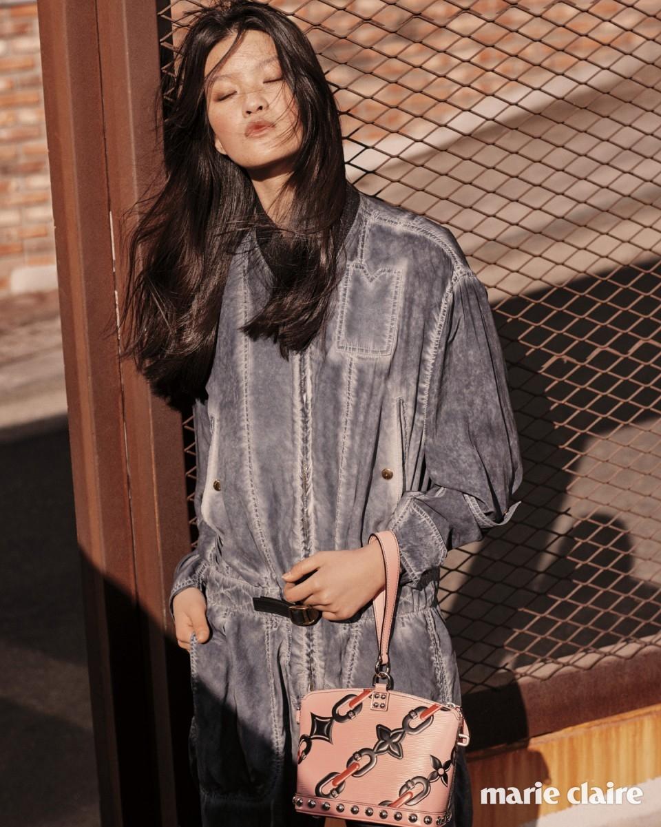 워싱 데님 점프수트, 핑크 에피 체인 미니 락킷 백 모두 가격 미정 루이 비통(Louis Vuitton).