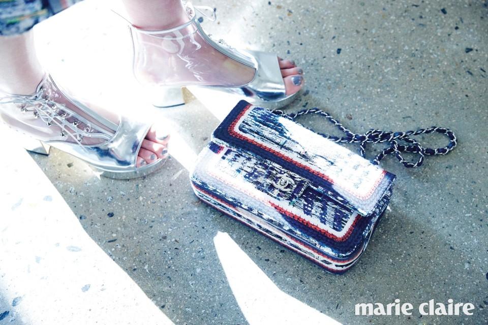 투명한 PVC 소재 레이스업 슈즈, 클래식한 트위드 체인 백 모두 가격 미정 샤넬(Chanel).