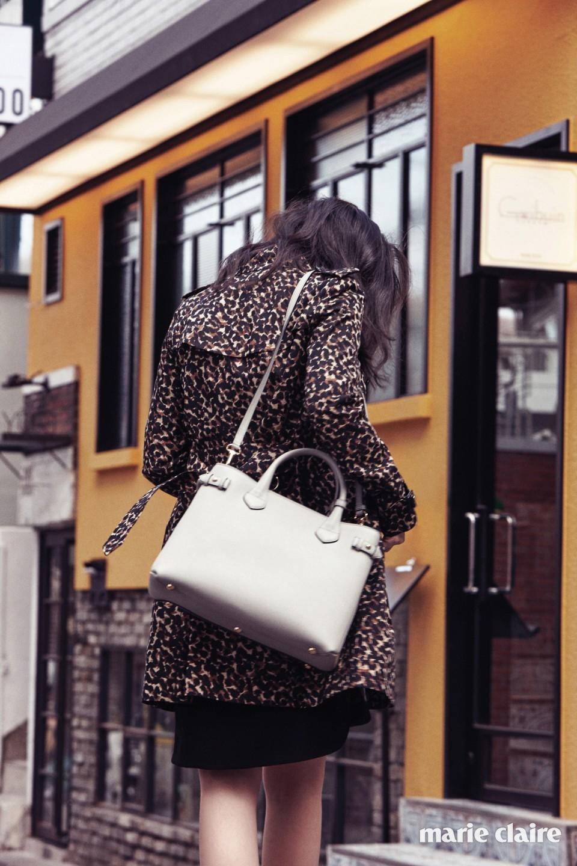 화려한 애니멀 패턴 코튼 트렌치코트, A라인 블랙 미니드레스, 양옆을 하우스 체크로 장식한 미디엄 사이즈 핸드백 '배너' 모두 가격 미정 버버리(Burberry).