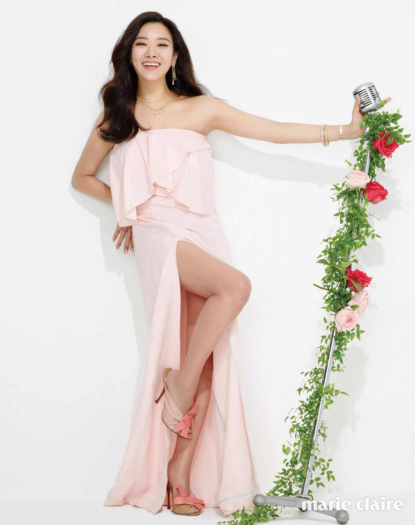 튜브톱 드레스 더 스튜디오 케이, 주얼리와 슈즈는 스타일리스트 소장품.