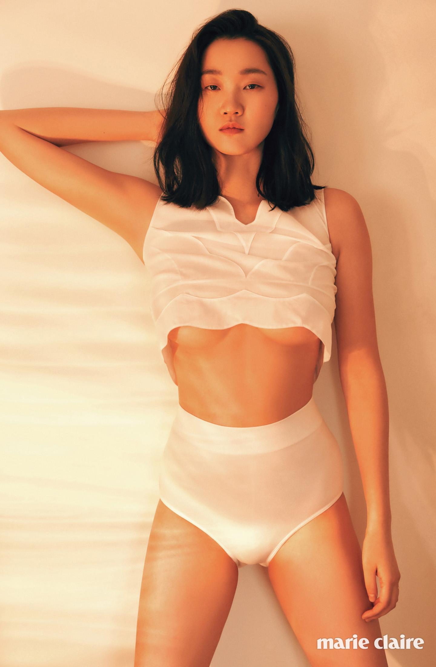 장윤주 화보 - 마리끌레르 2016년, 화이트 시스루 크롭트 톱 가격 미정 디올(Dior), 화이트 하이웨이스트 언더웨어 1만5천원 오이쇼(Oysho).