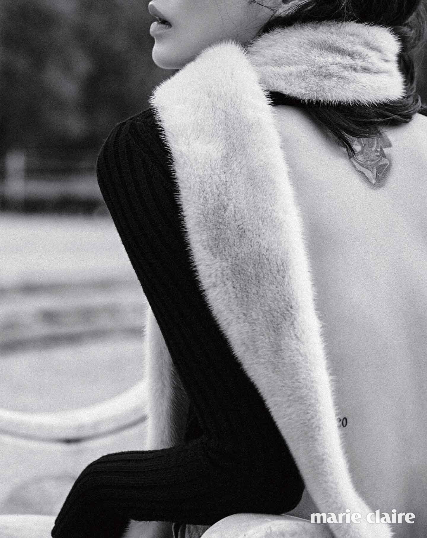 블랙 백리스 니트 톱 9만9천원 자라(Zara), 퍼 스톨 72만원대 잘루즈(Jalouse).