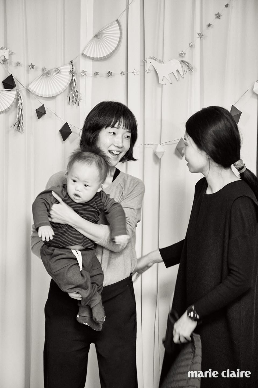 진성이를 안고 있는 래;코드 디자이너 최영진과 김수진.