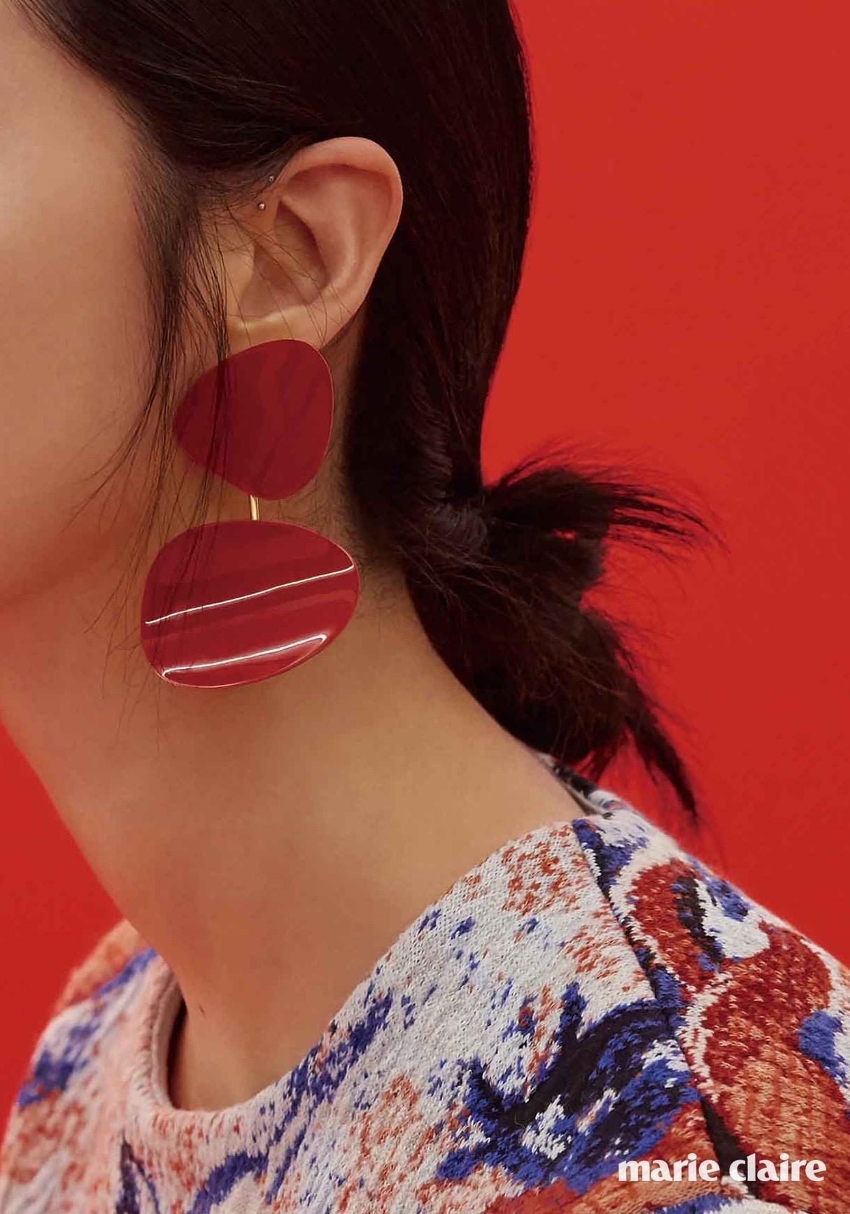 회화적인 패턴의 톱 가격 미정 디올(Dior), 구조적인 형태의 선홍색 이어링 가격 미정 셀린느(Celine).