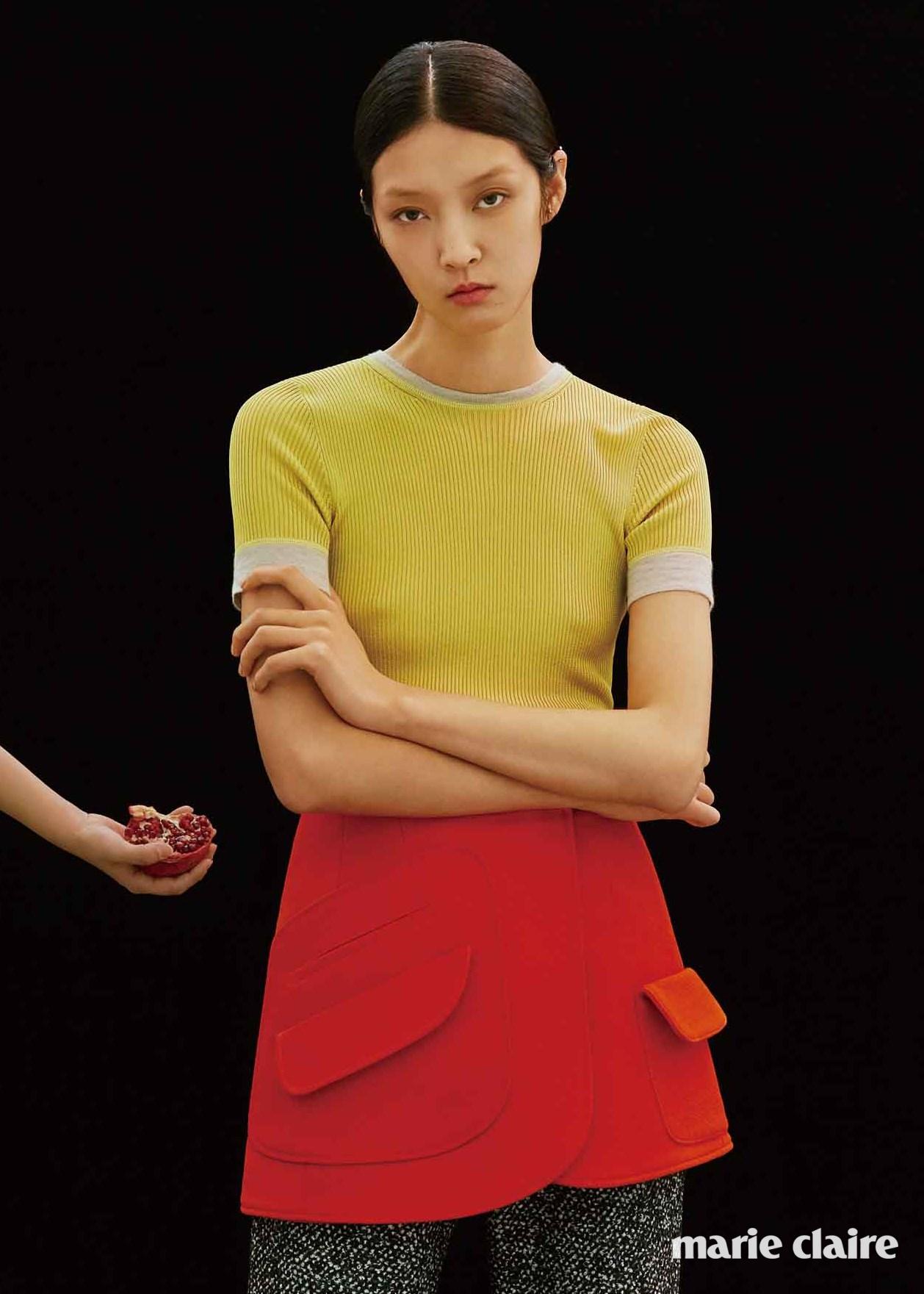 옐로 니트 톱, 커다란 포켓이 포인트인 오렌지색 스커트, 그레이 팬츠 모두 가격 미정 디올(Dior).