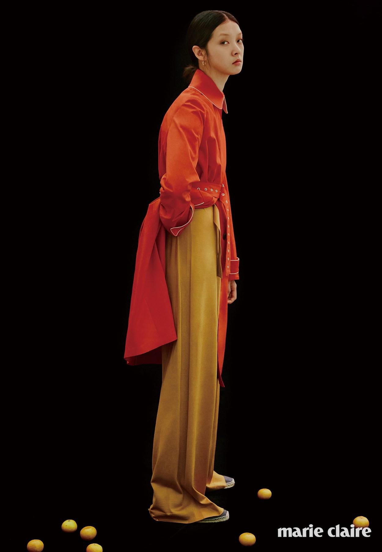 머스터드 컬러 점프수트, 선홍색 트렌치코트, 에스파드리유 플랫 슈즈 모두 가격 미정 에르메스(Hermes).