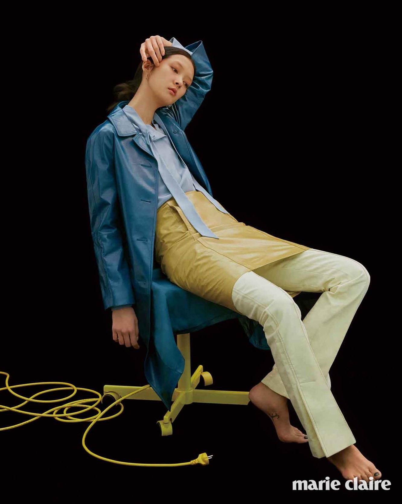 딥 블루 램스킨 코트, 스카이블루 실크 셔츠, 머스터드 컬러 램스킨 스커트 모두 가격 미정 보테가 베네타(Bottega Veneta), 슬림한 레몬색 팬츠 가격 미정 셀린느(Celine).