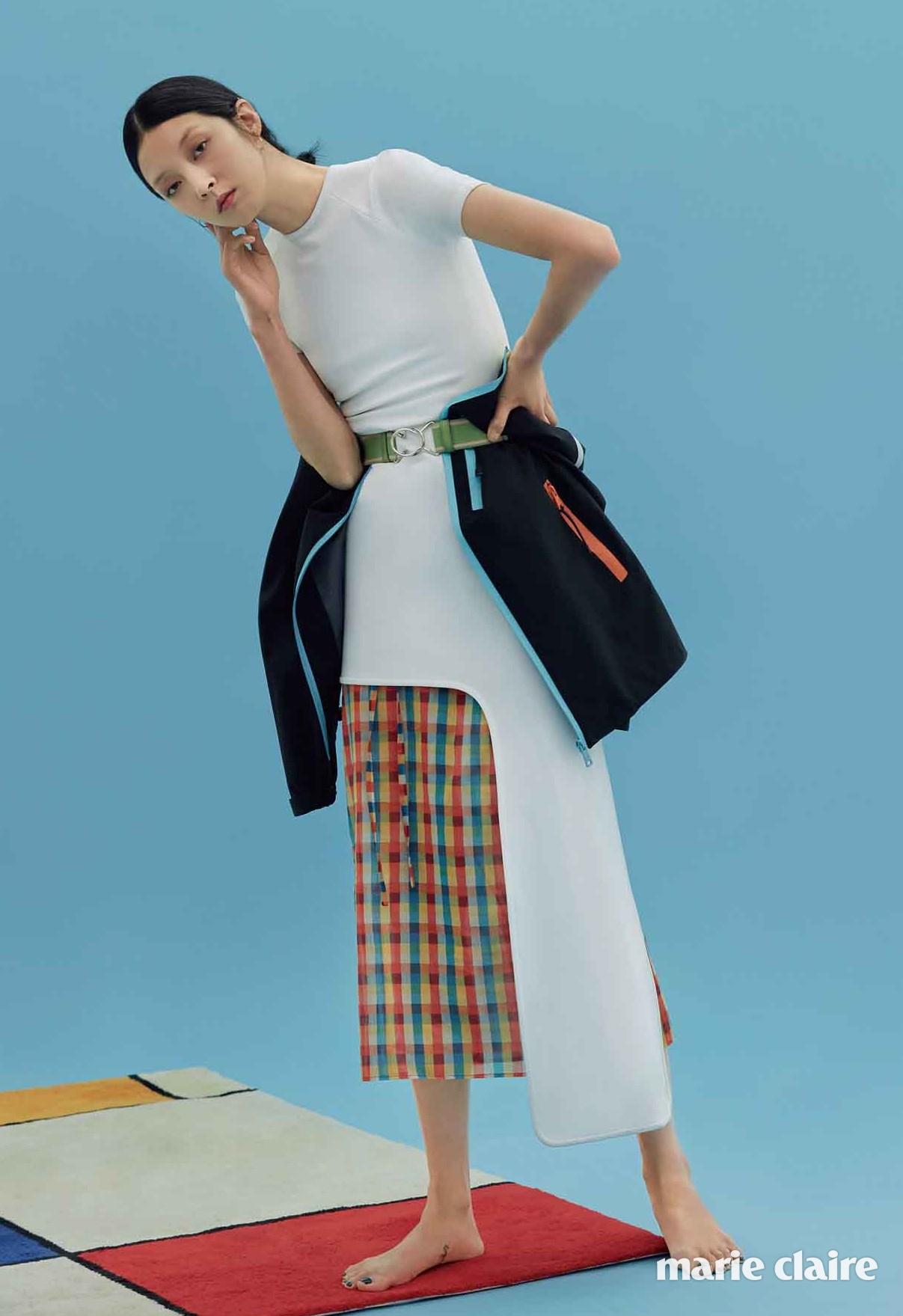언밸런스한 실루엣의 화이트 드레스 가격 미정 루이 비통(Louis Vuitton), 색색의 체크 패턴 랩스커트 가격 미정 미우미우(Miu Miu), 허리에 묶은 블랙 재킷, 밴딩 벨트 모두 가격 미정 프라다(Prada).