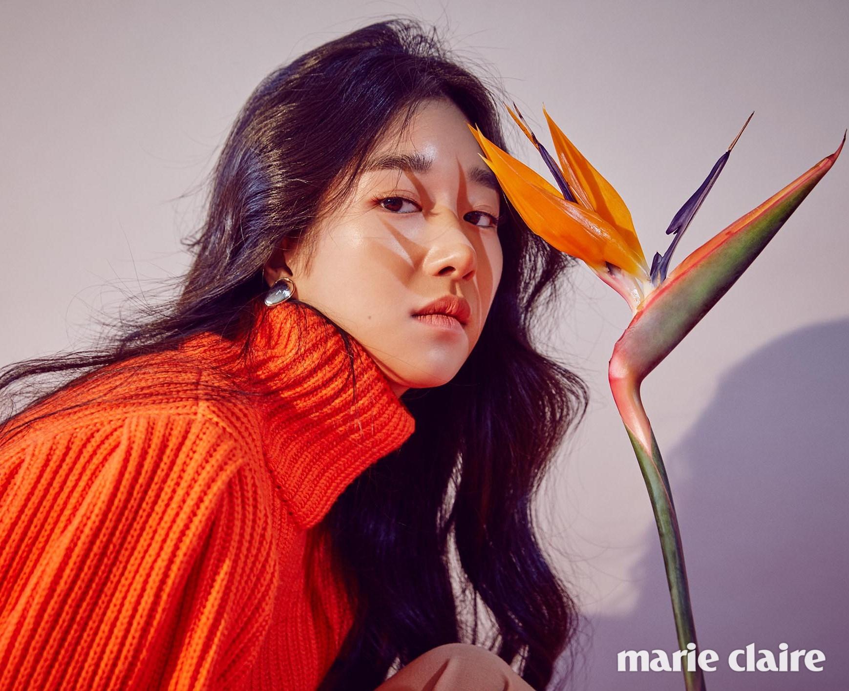 오렌지 퍼프소매 니트 풀오버 디올(Dior), 이어링 제이미 앤 벨(Jamie & Bell)