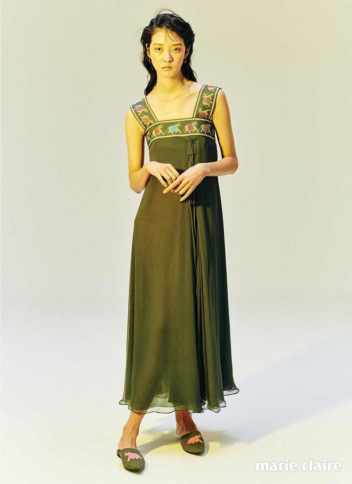 코끼리 문양을 새긴 끈 디자인이 특징인 시폰 롱 드레스와 새틴 슬립온 모두 엠포리오 아르마니(Emporio Armani)