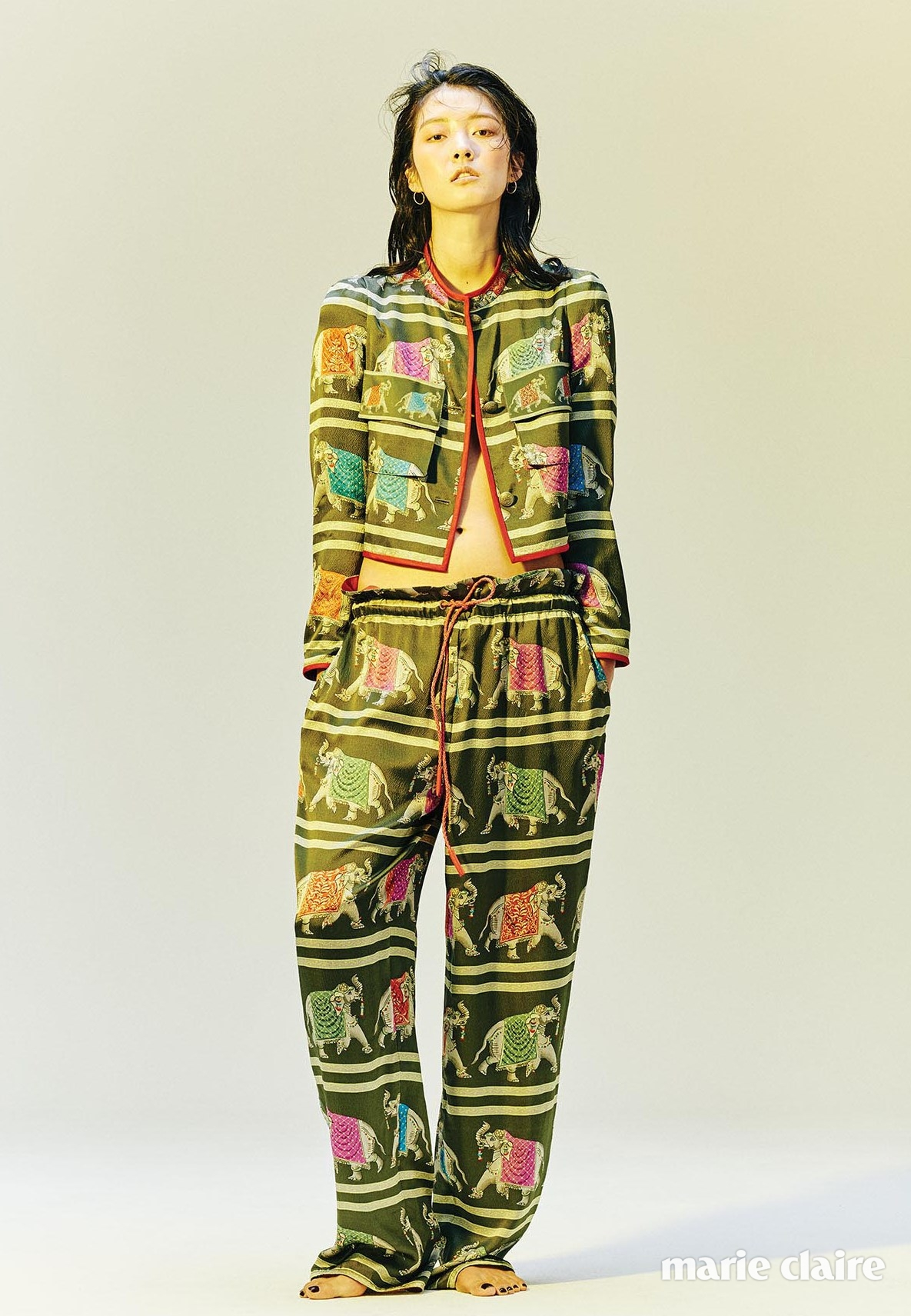 이국적인 프린트가 돋보이는 실크 와이드 재킷과 팬츠 모두 엠포리오 아르마니(Emporio Armani)