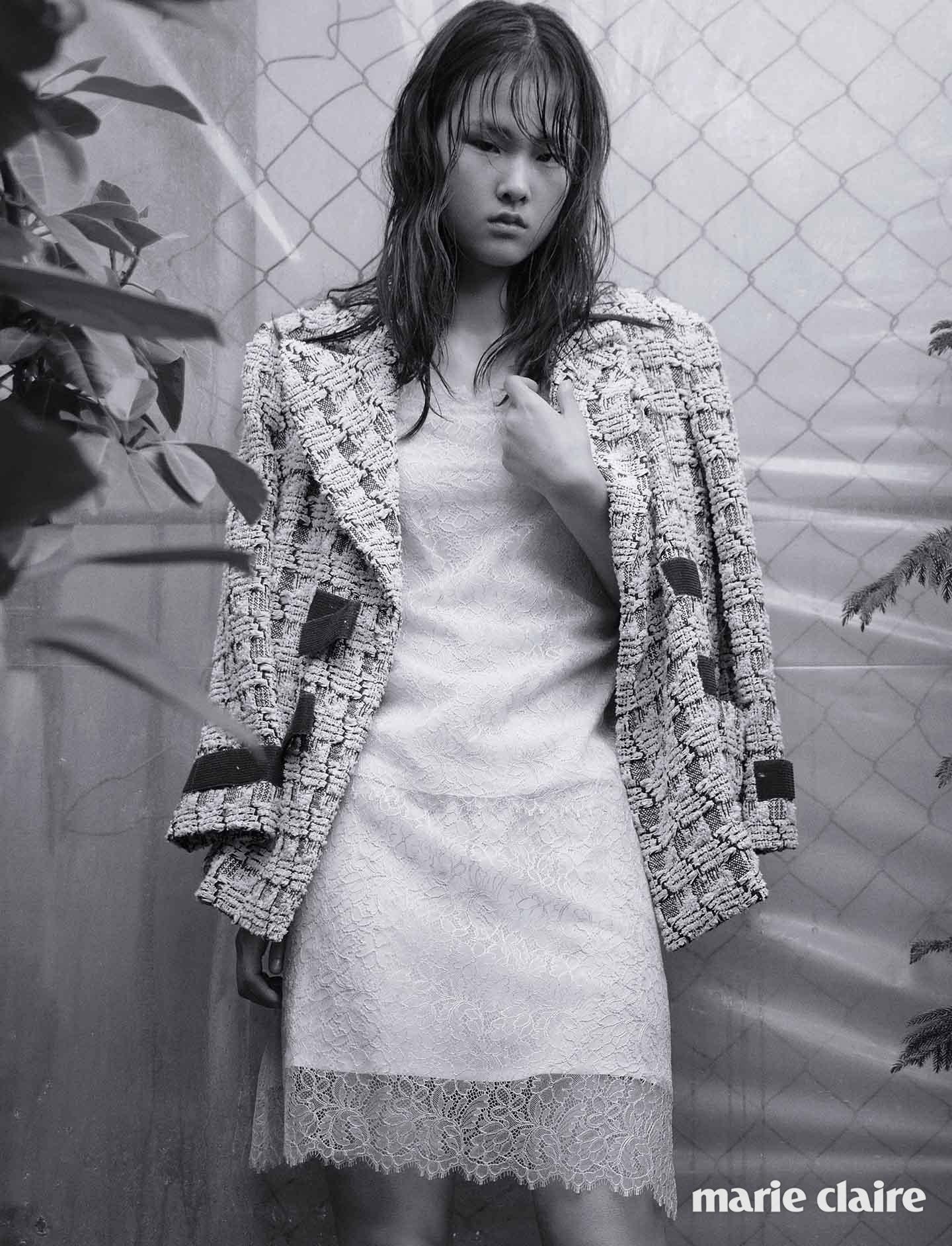 레이스 소재의 베이비핑크 캐미솔 톱과 스커트, 트위드 재킷 모두 샤넬(Chanel)