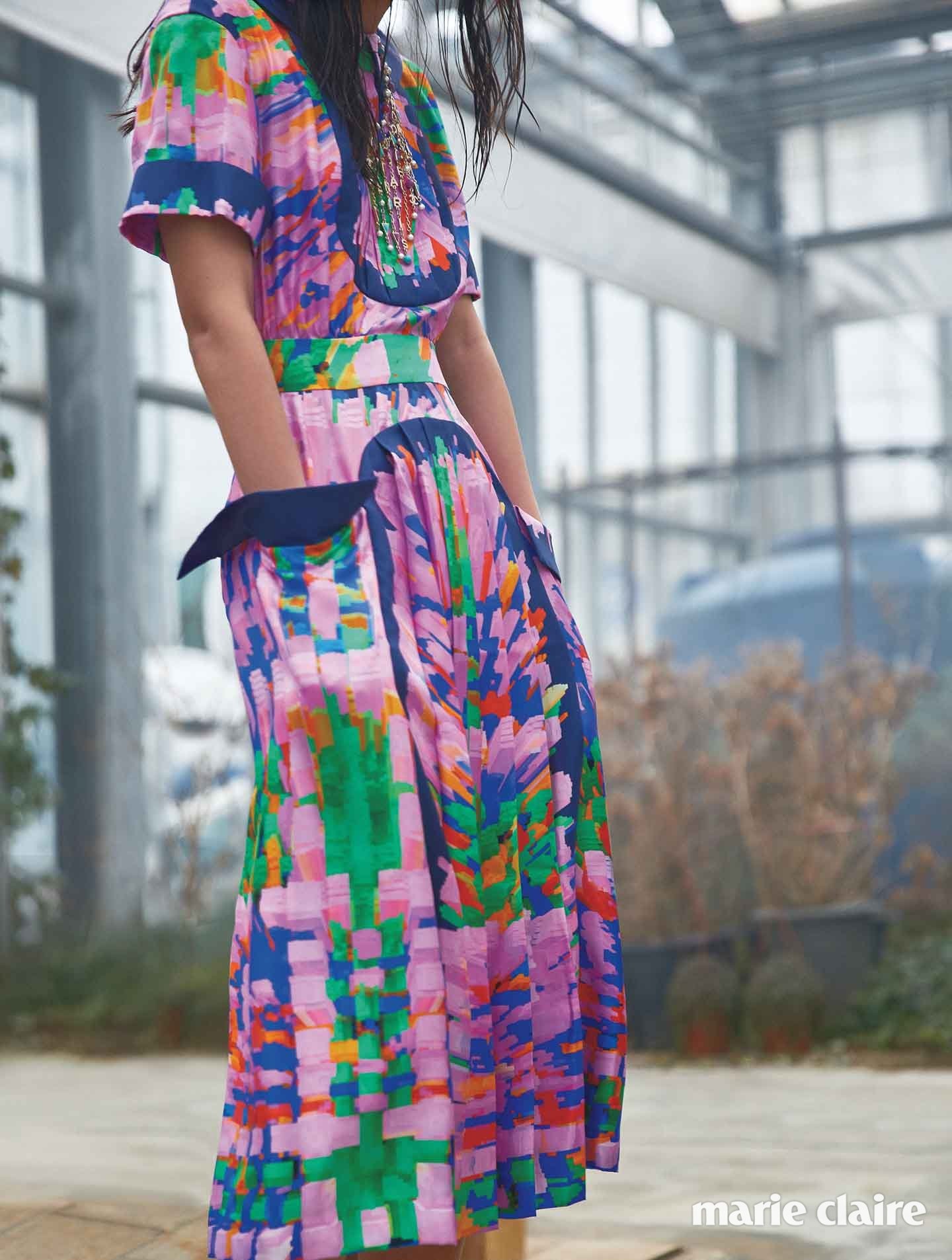 화려한 컬러 매치가 특징인 플리츠 드레스와 네크리스 모두 샤넬(Chanel)