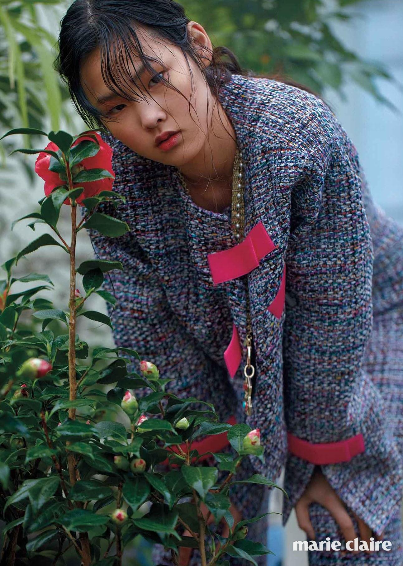 벨크로 테이프로 여미는 독특한 트위드 재킷과 팬츠, 체인 네크리스 모두 샤넬(Chanel)